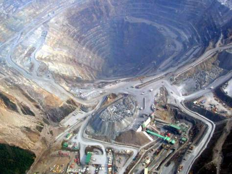 lubang tambang emas terbuka Freeport di Grasberg, Papua Barat